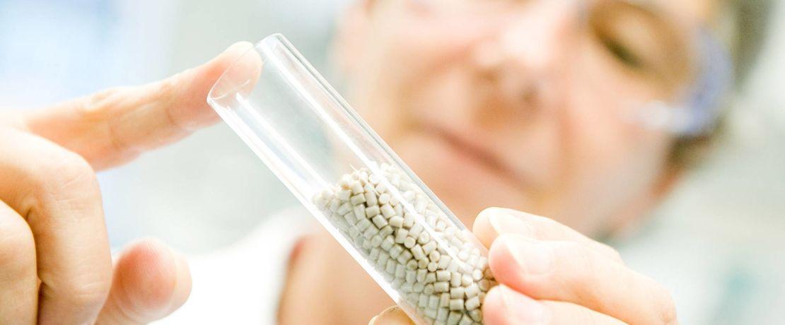 Evonik entwickelt VESTAKEEP® Fusion - ein neues osteokonduktives Implantatmaterial auf Basis von Polyetheretherketon (PEEK) für die Medizintechnik.